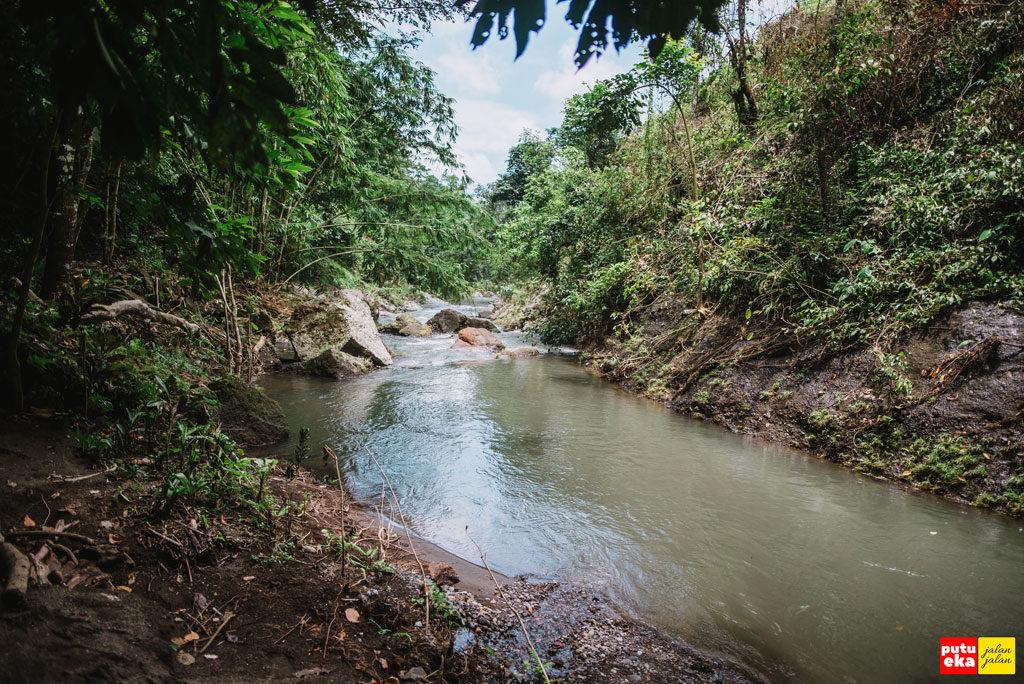 Air mengalir dengan tenang menuju Air Terjun Kroya
