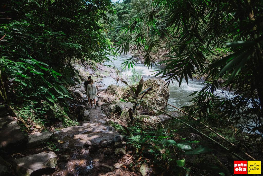 Pengunjung dari mancanegara sedang berjalan menelusuri aliran air