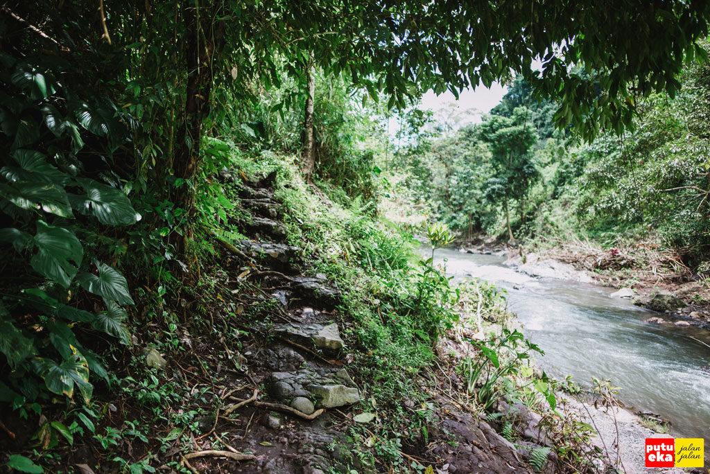 Jalan setapak dengan undagan yang terbuat dari batu
