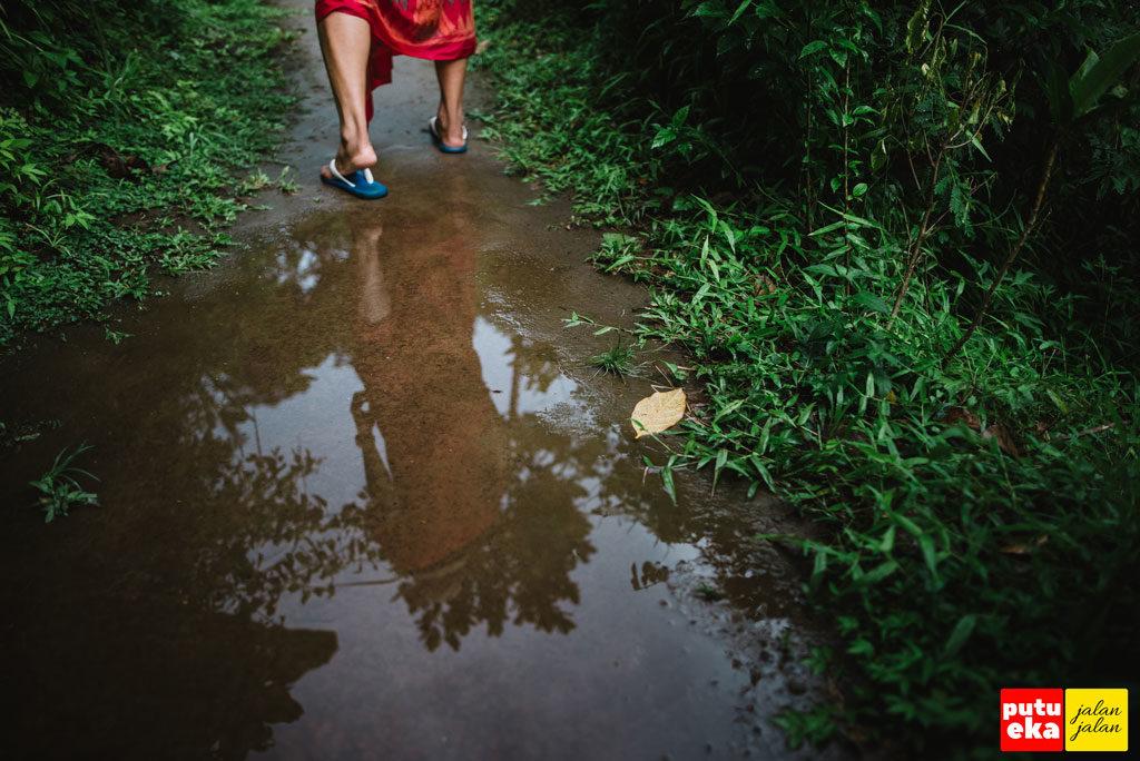 Genangan air yang Putu Eka Jalan Jalan lalui ketika pulang