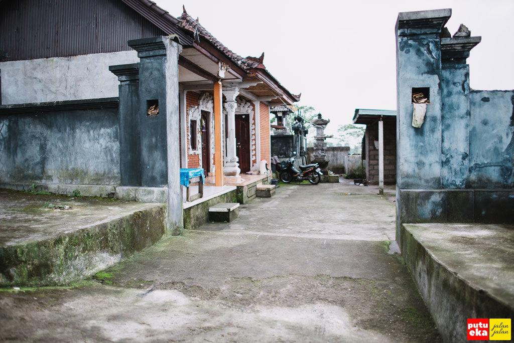 Rumah dengan arsitektur Bali sepanjang jalan menuju lokasi