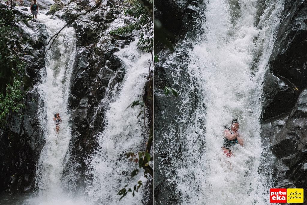 Meluncur kebawah dengan diselimuti air dari Air Terjun Kroya