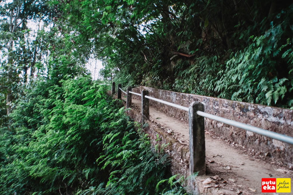 Jalan kecil menanjak menuju Blemantung dengan pegangan dari besi