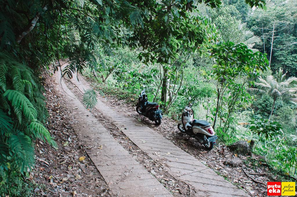 Lokasi Putu Eka Jalan Jalan memarkir kendaraan di tepi jalan