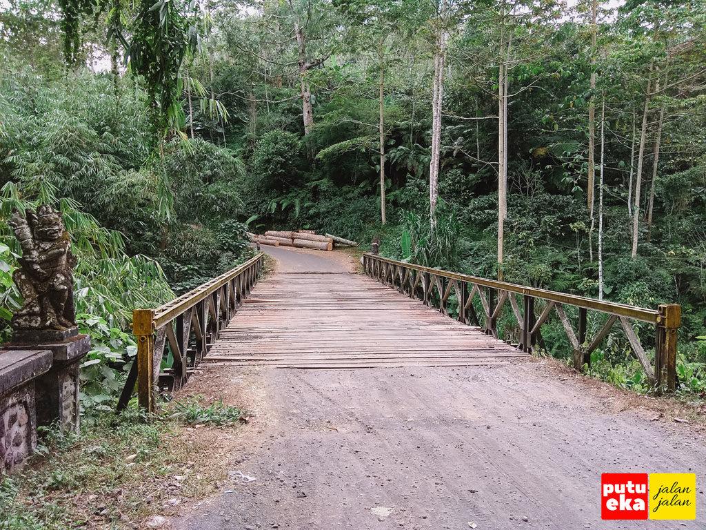 Jembatan dengan rangka baja dan penutup jalan berupa kayu di Pujungan Bali