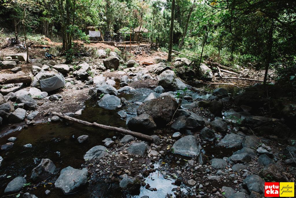 Aliran air menuju ke hilir dari Blemantung
