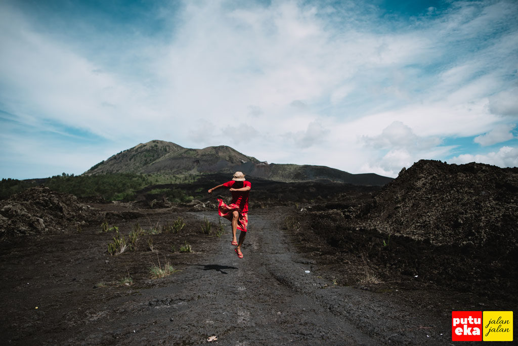 Loncatan kegembiraan Putu Eka Jalan Jalan di Batur Global Geopark