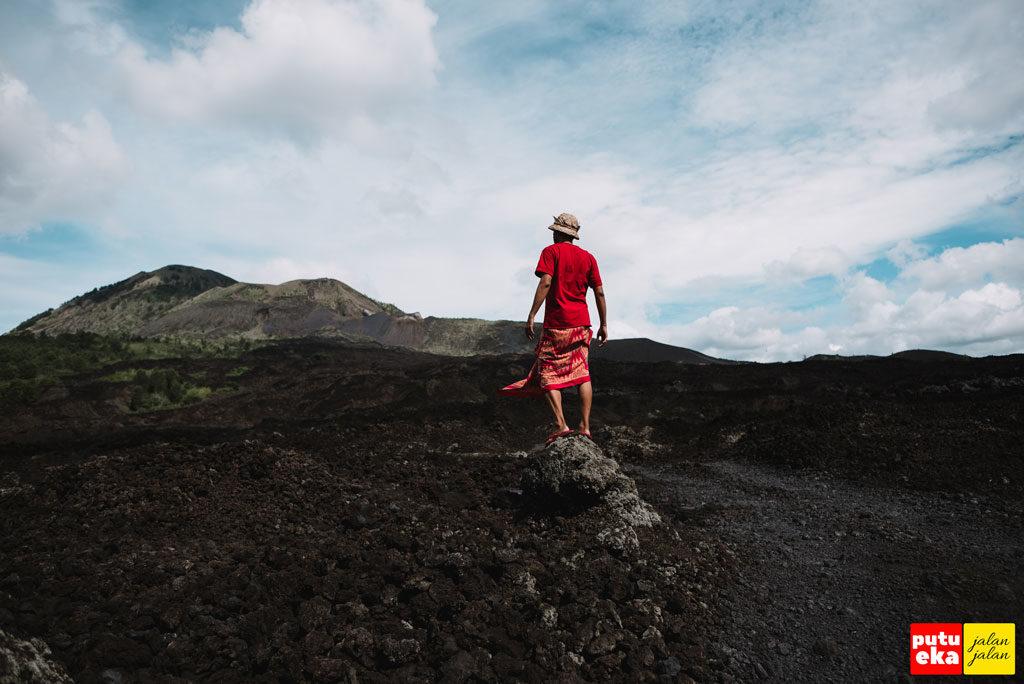 Putu Eka Jalan Jalan berada di Taman Lava Hitam Batur Global Geopark Bali