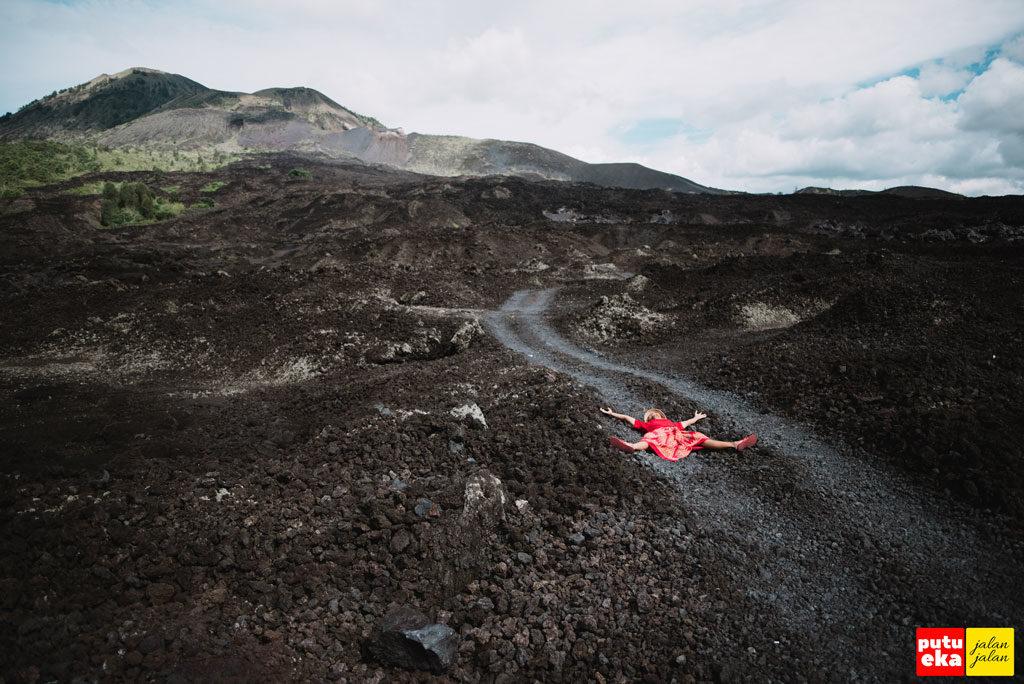 Putu Eka Jalan Jalan berjemur di atas hamparan batuan Lava Hitam