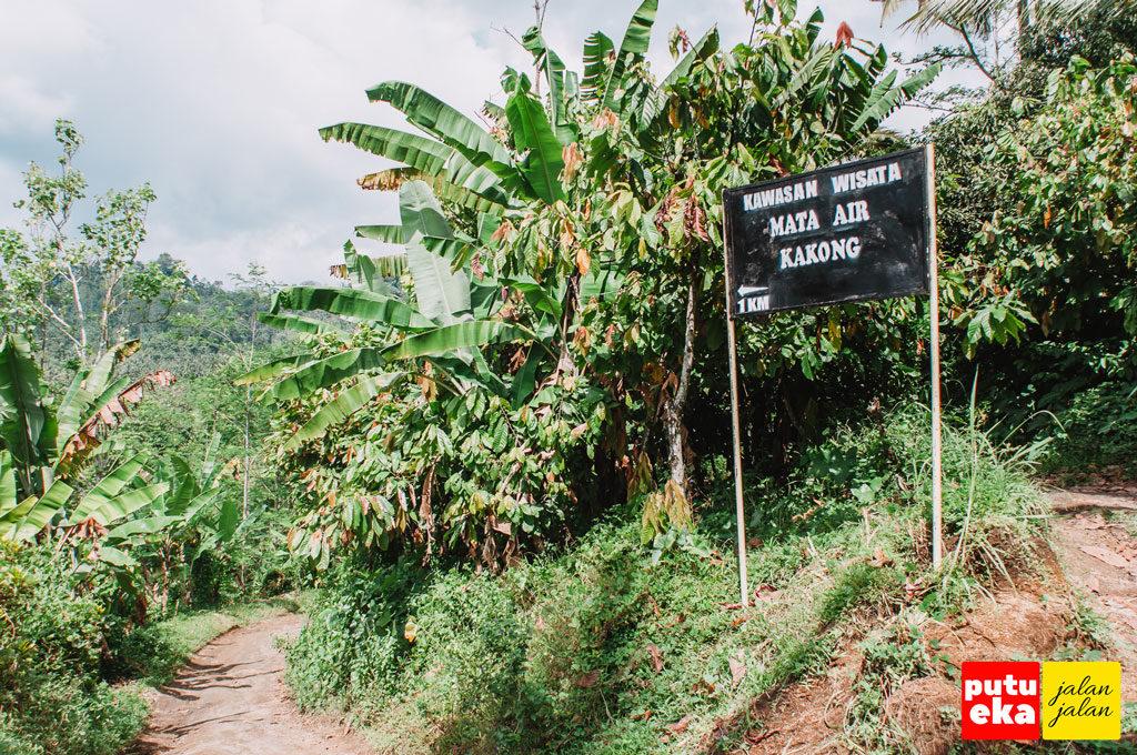 Papan penunjuk kedua menuju mata air Medjet Kakong