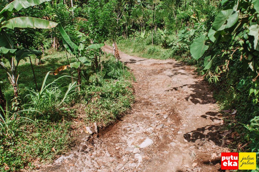 Jalanan tanah berbatu yang tidak mulus