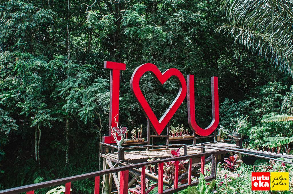 Tulisan I Love You yang terpasang setelah gapura masuk mata air