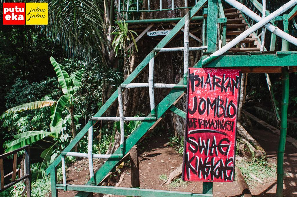 Kata-kata menggelitik lucu yang tertulis di papan rumah pohon