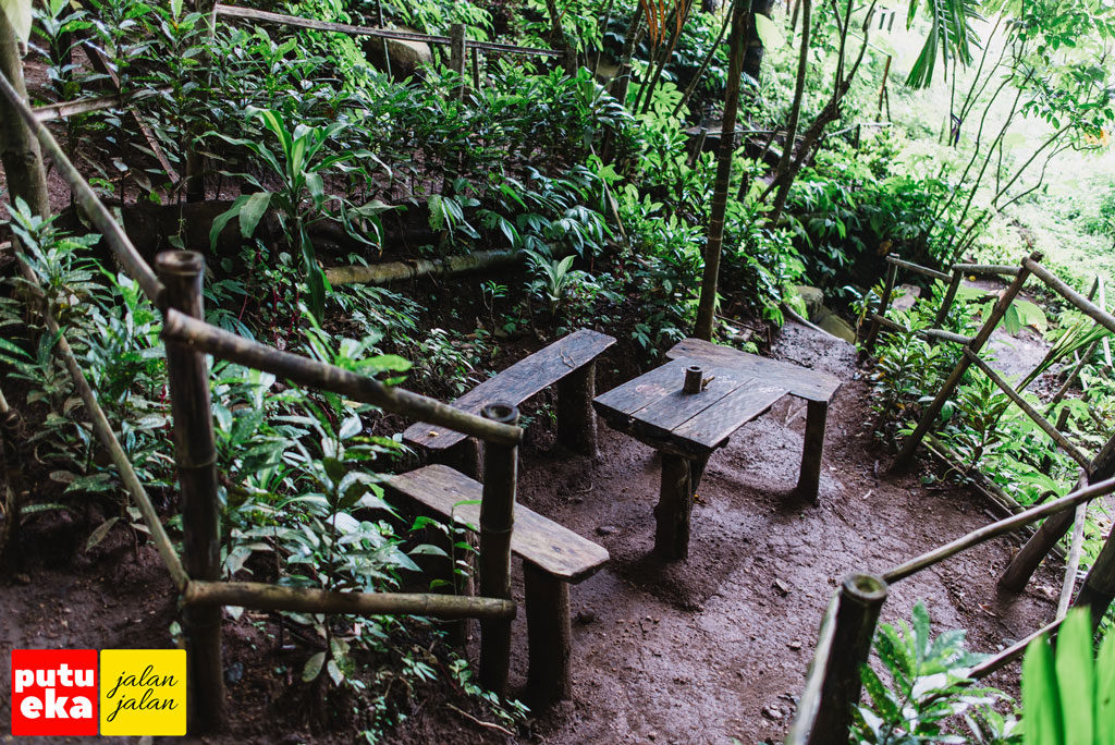 Meja dan tempat duduk kayu diseputaran mata air