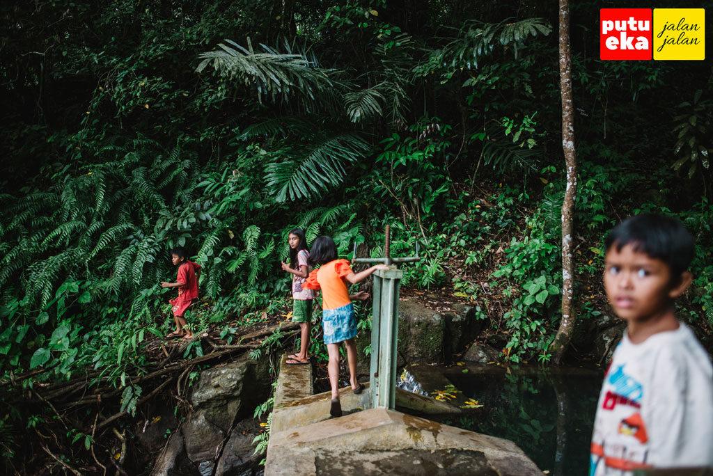 Anak-anak warga sekitar sedang bermain di mata air