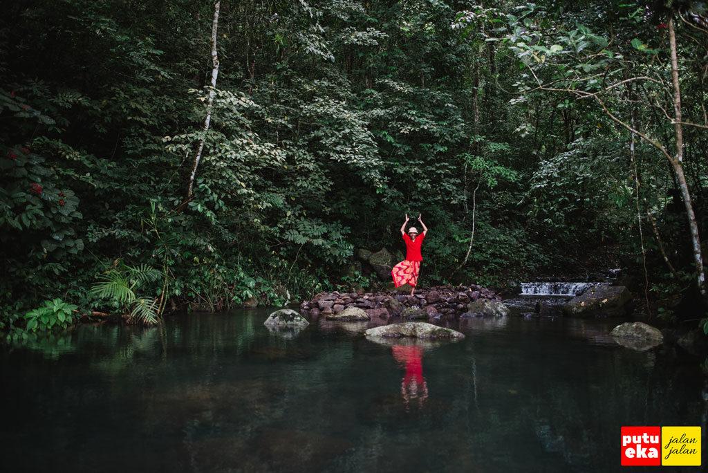 Mencoba melakukan yoga karena didukung atmosfer yang tenang dan damai