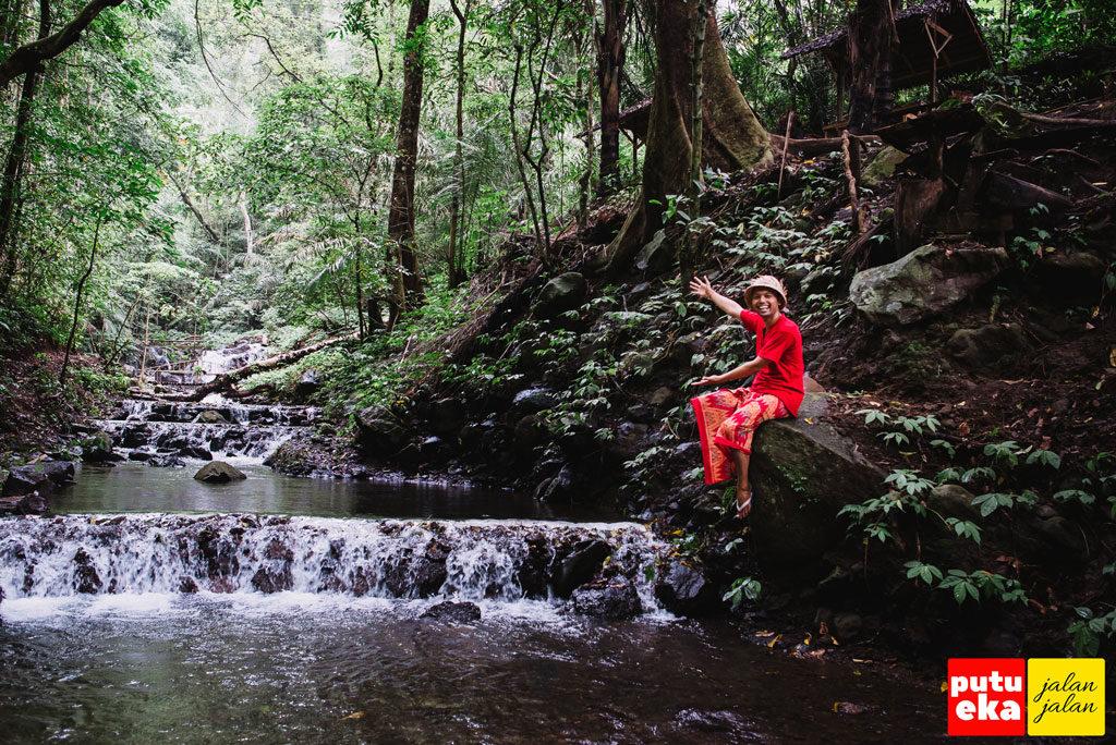 Putu Eka Jalan Jalan menunjukkan keindahan dari mata air Medjet Kakong