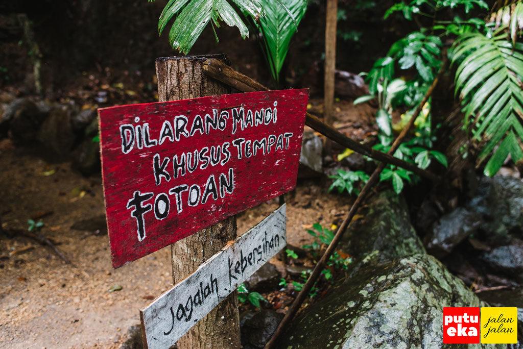 Papan peringatan untuk tidak mandi di Tiu Sejeleng