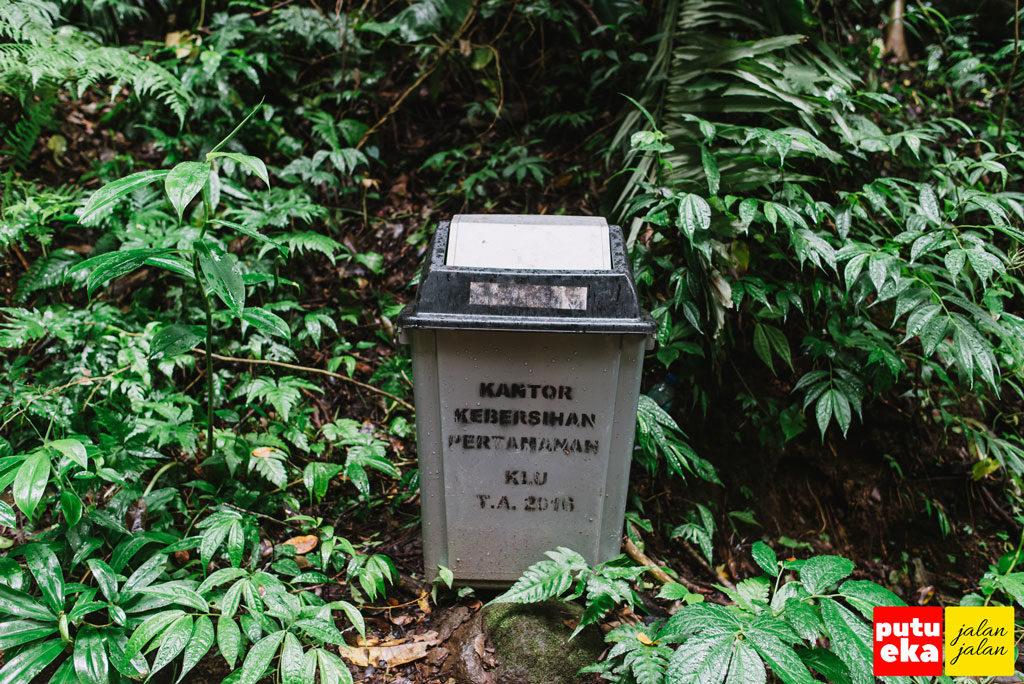 Tempat sampah yang disediakan oleh pengelola