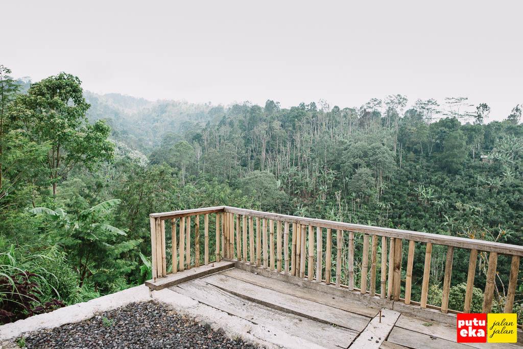 Panggung beton dengan pemandangan lembah hijau