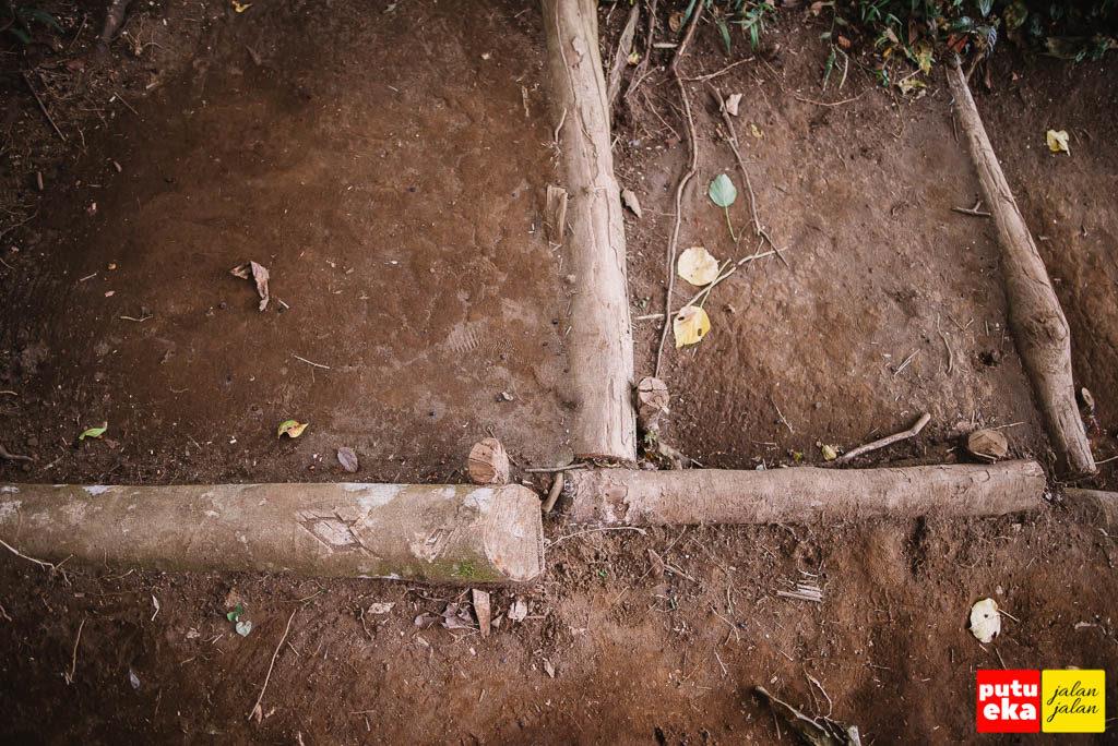 Batang kayu yang ditanam ke tanah agar tanah tidak labil