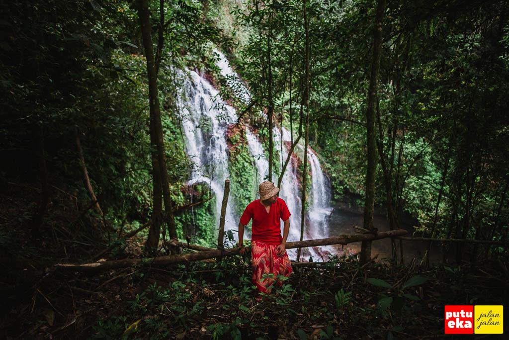 Air Terjun Spray Banyu Wana Amertha mengintip dari balik pepohonan