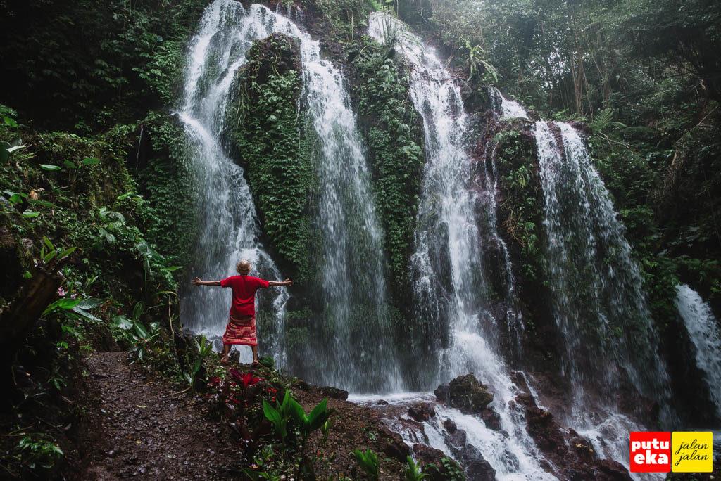 Berada di dibawah percikan Air Terjun Spray Banyu Wana Amertha yang membuat basah