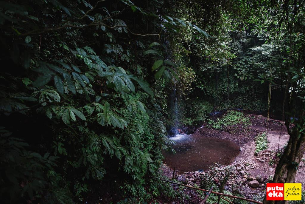 Air Terjun One Banyu Wana Amertha yang debit airnya kecil