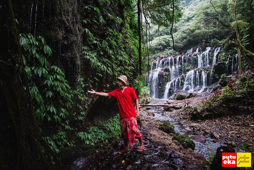 Putu Eka Jalan Jalan merasakan tetesan air dari tembok akar