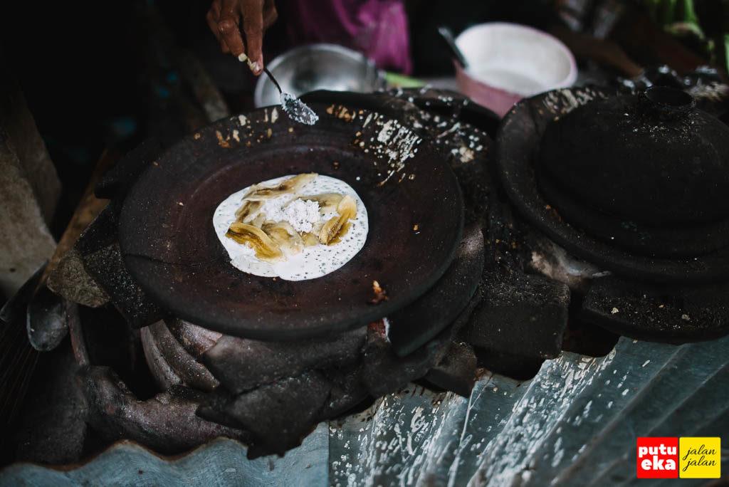 Parutan kelapa diletakkan diatas pisang