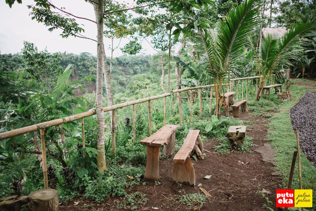 Tempat duduk dari kayu ditepian lembah Melangit