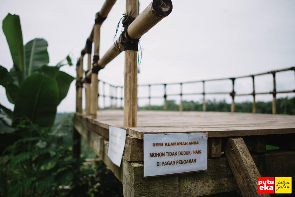 Kertas peringatan agar tidak naik atau duduk di pagar pembatas
