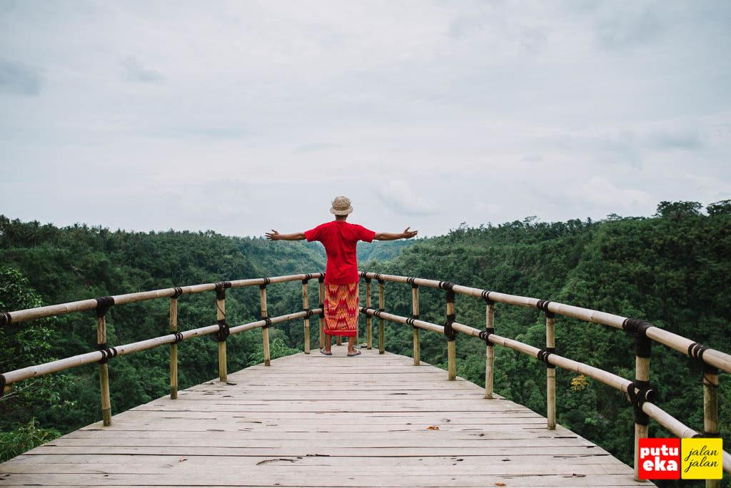 Putu Eka Jalan Jalan memandang kearah hijaunya Lembah Melangit