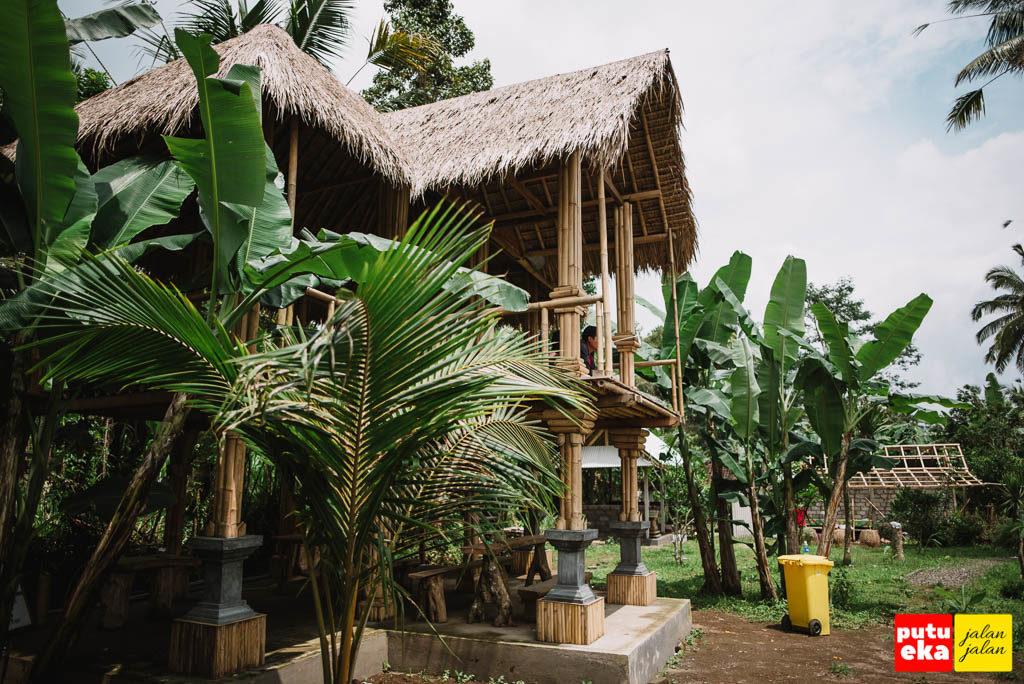 Bangunan berlantai dua yang biasa disebut posko