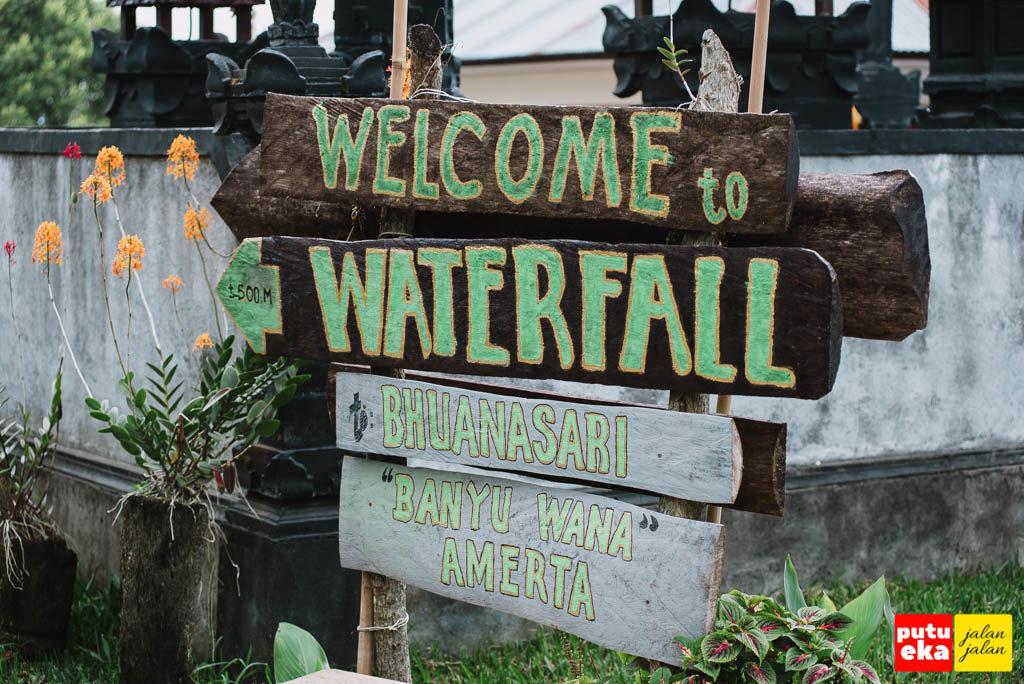 Plang penunjuk dari Air Terjun Banyu Wana Amertha