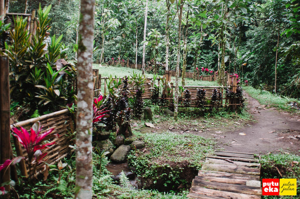 Pagar tempat meditasi yang terbuat dari bambu