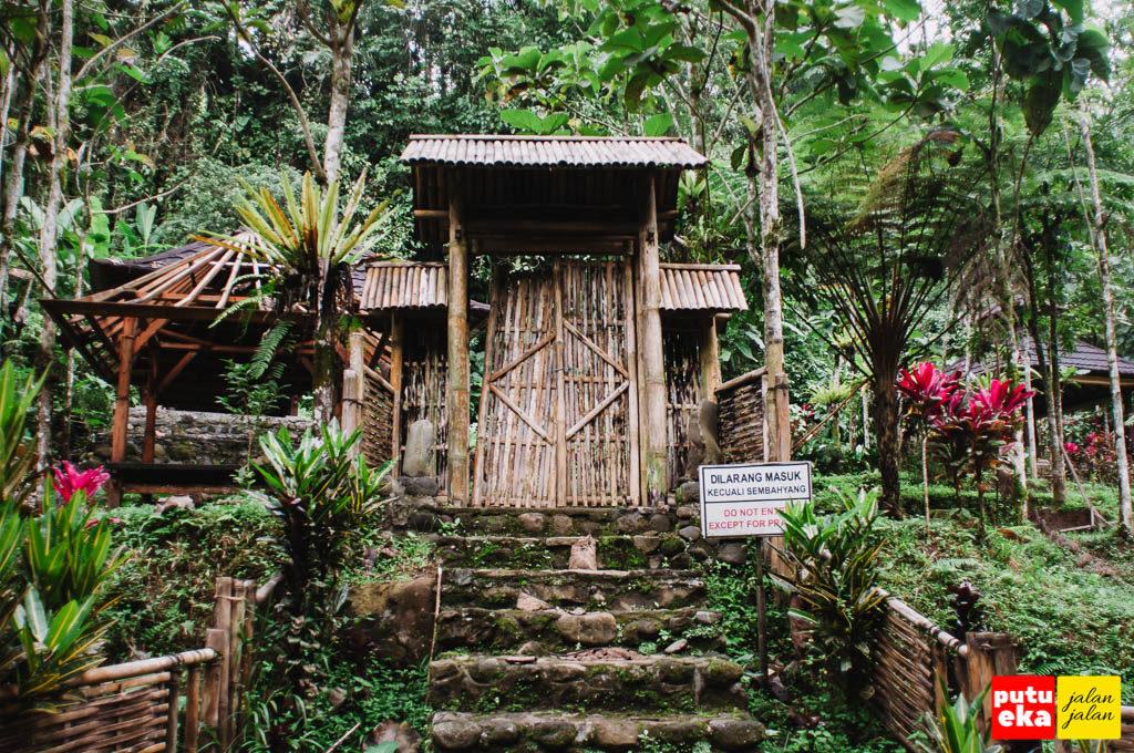Gapura masuk menuju tempat meditasi
