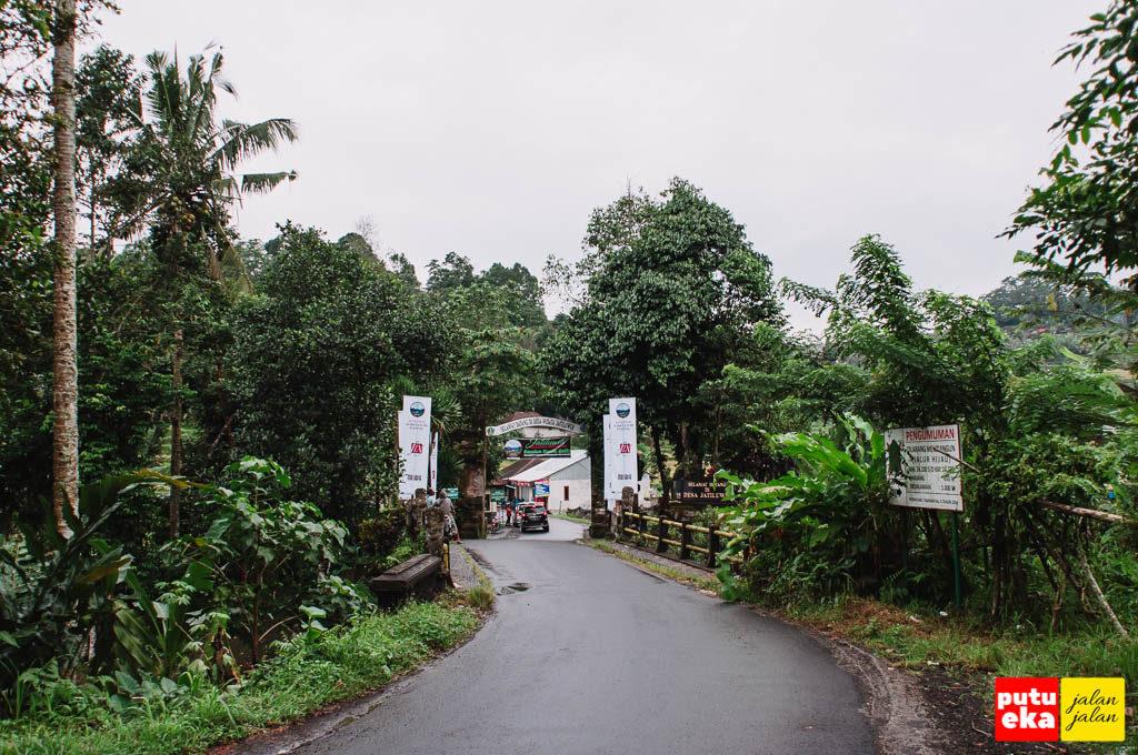 Belokan jalan melewati jembatan sebelum loket tiket