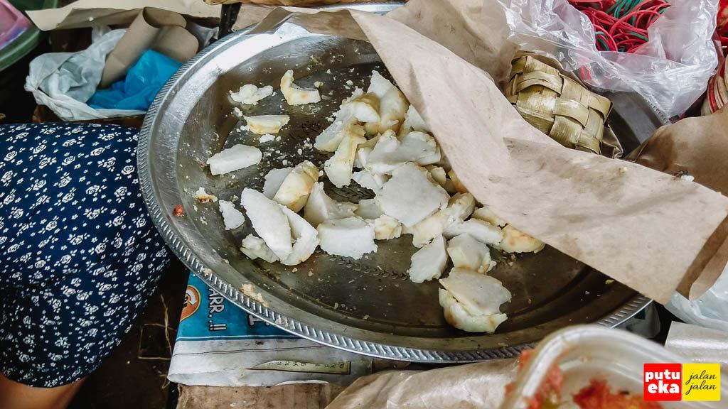 Potongan ketupat sebagai teman makan sate