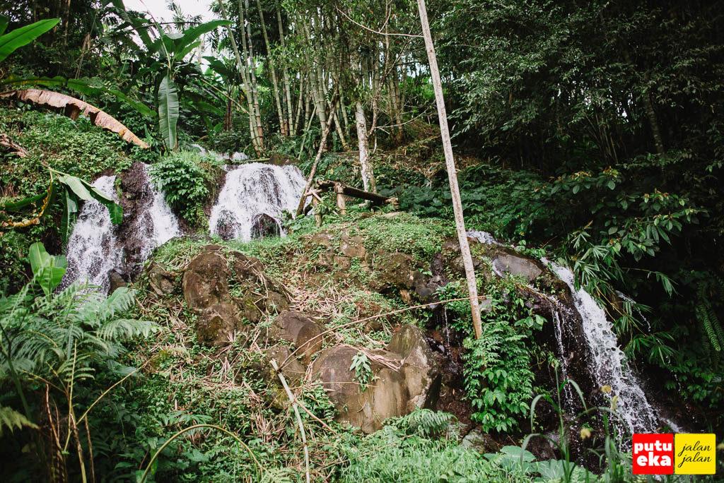 Air terjun mini yang bisa kita temui ketika berjalan menuju air terjun Yeh Hoo