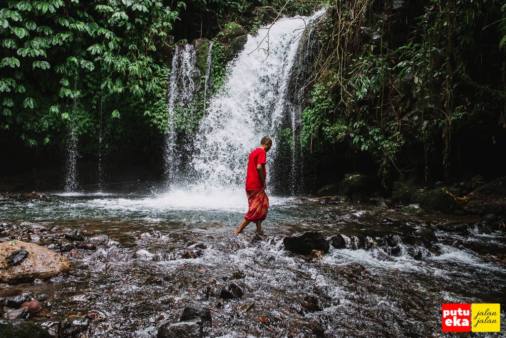 Melangkah didalam air di air terjun