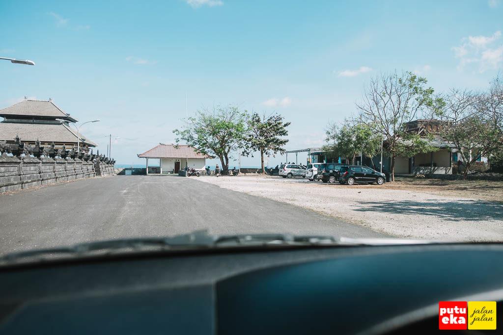 Lapangan parkir bagi para pengunjung