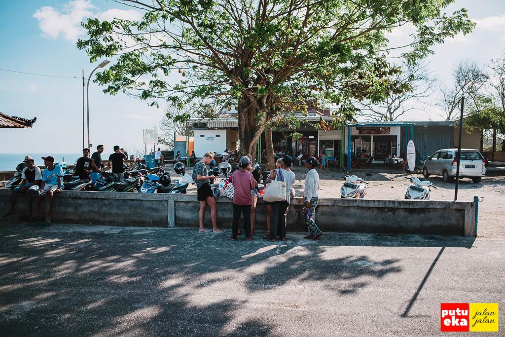 Para pedagang acung sedang mengerumuni pengunjung dari mancanegara