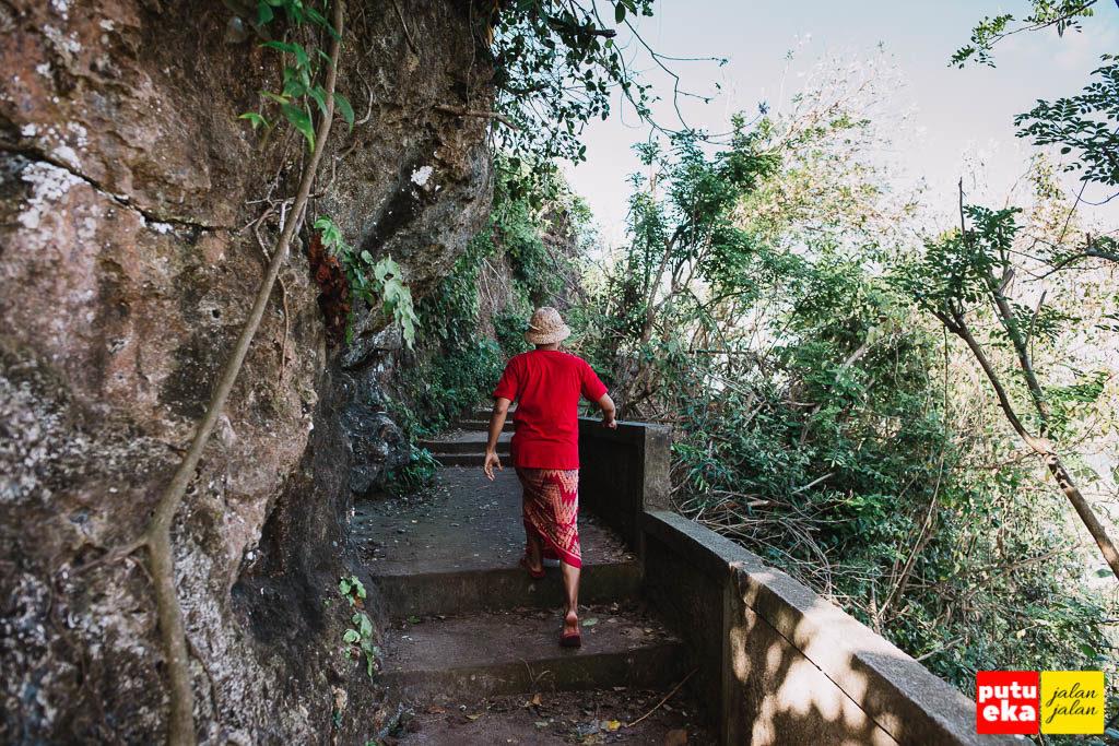 Melangkah di anak tangga disebelah dinding karang