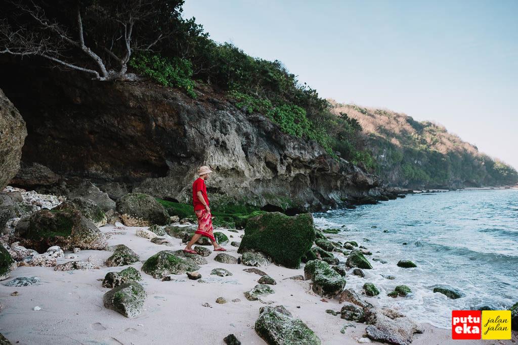 Putu Eka Jalan Jalan melangkah diatas batu karang