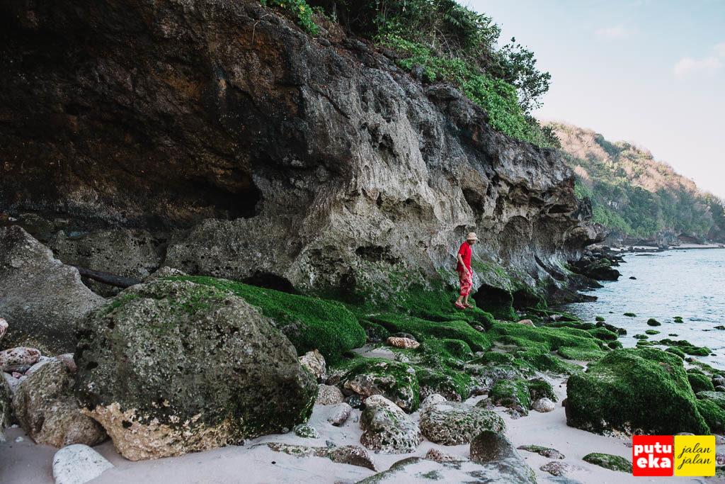 Putu Eka Jalan Jalan berada diatas batu karang yang menghijau