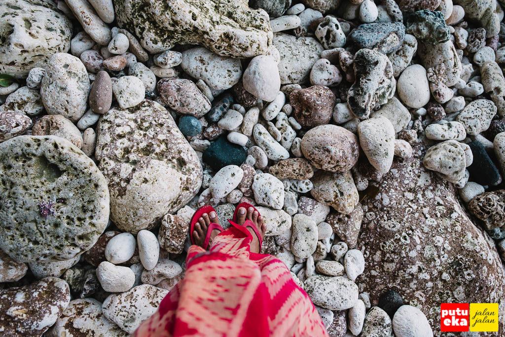 Berdiri diatas batuan karang yang berserakan