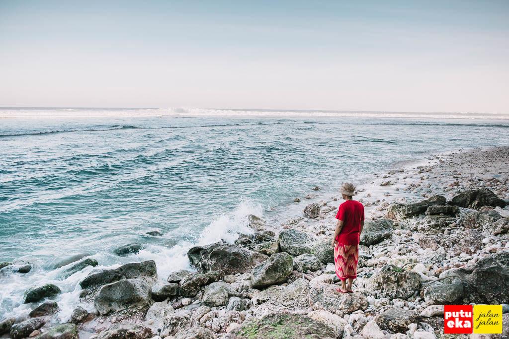 Putu Eka Jalan Jalan berada di Pantai Green Bowl memandang ke laut lepas yang membiru