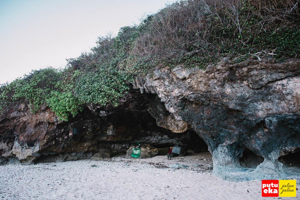 Cerukan besar di dinding karang yang berbentuk seperti gua