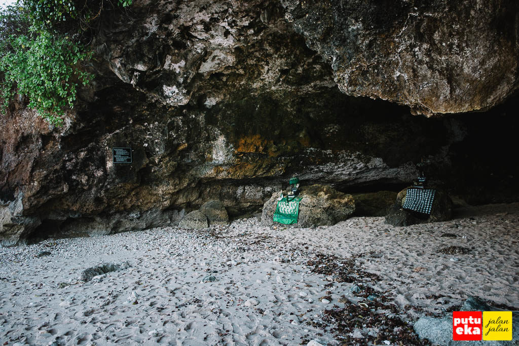 Cerukan yang seperti gua dengan tempat persembahyangan umat Hindu